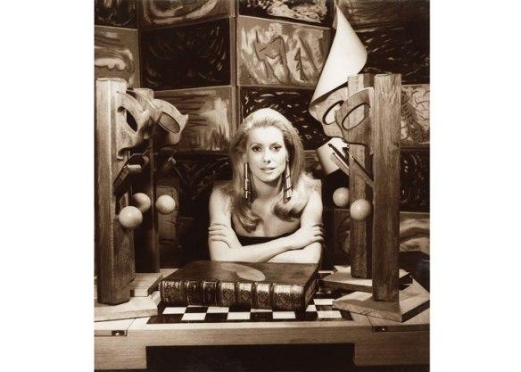 a-atriz-catharine-deneuve-fotografada-por-man-ray-em-1968-em-paris